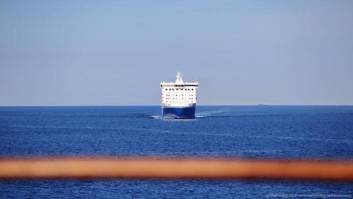 Man kreuzt die Route anderer Schiffe in der viel befahrenen Kadetrinne - hier die FinnLines Fähre von Helsinki nach Travemünde.