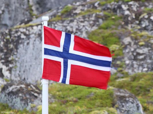 Eine Norwegen-Fahne vor grauem Fels