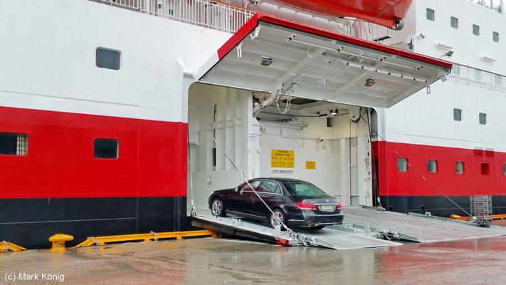 """Autos werden bei Hurtigruten-Schiffen seitlich beladen (Schiff """"MS Nordkapp"""" in Kirkenes)"""
