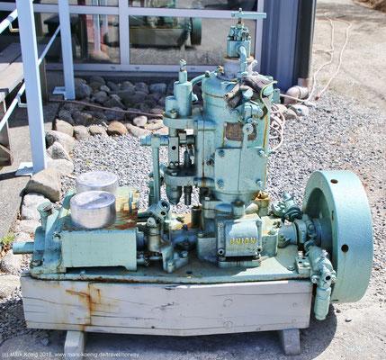 Ein Motor vor dem Museum