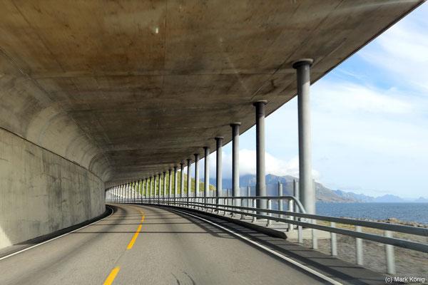Halbseitig zur See geöffneter Tunnel auf den südlichen Lofoten.