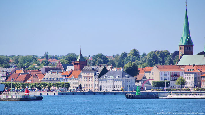 Helsingørs Altstadt und alter Hafen von der Seeseite aus. Im Hintergrund ist die Sankt Olaf Kirche zu sehen.