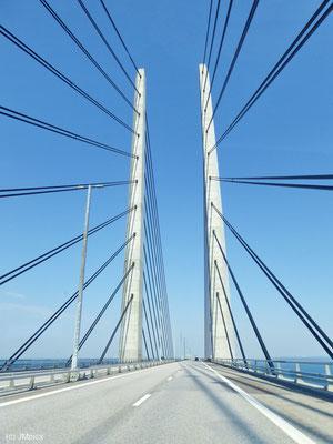 Die Träger der Öresundbrücke ragen beeindruckend in den blauen Himmel