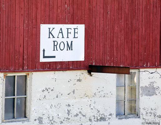 """""""Kafe"""" mit """"Rom"""" deutet nicht auf Unterkunft mit Frühstück hin, sondern auf ein Café und eine Unterkunft"""