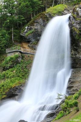 Der Steindalsfossen ist spektakulär, da man hinter ihm hindurch gehen kann (Landschaftsroute Hardanger)