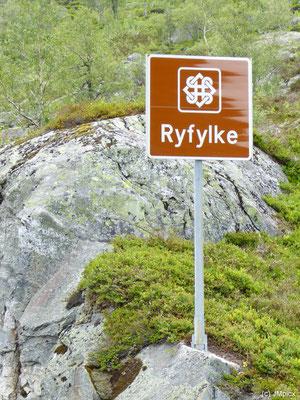 Ein braunes Verkehrschild informiert über Beginn und Ende der Landschaftsroute Ryfylke (Turistveger)