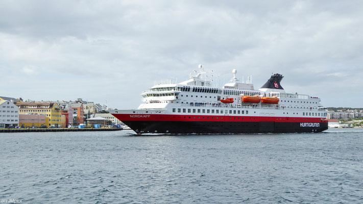 """Das Hurtigruten-Schiff """"MS Nordkapp"""" fährt aus dem Hafen von Kristiansund heraus"""