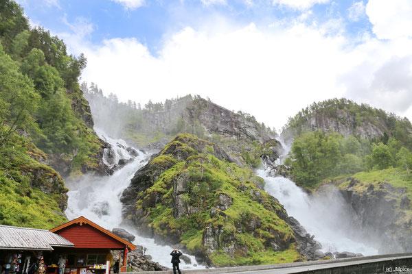 Der Låtefossen hat zwei parallele Wasserfälle, die beide große Wassermengen führen