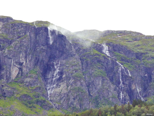Ein größerer Wasserfall wird vor der steilen Felswand so vom Wind verweht, dass er den Boden nicht erreicht