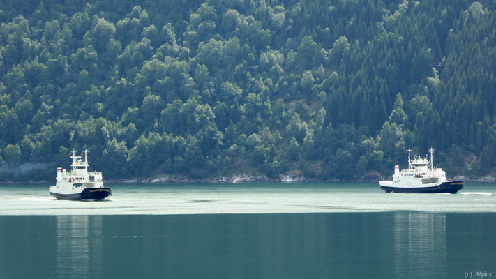 Beide Fähren zwischen Eidsdal und Linge begegnen sich auf dem dunkel-türkisblauen Norddalsfjorden (Landschaftsroute Geiranger - Trollstigen)