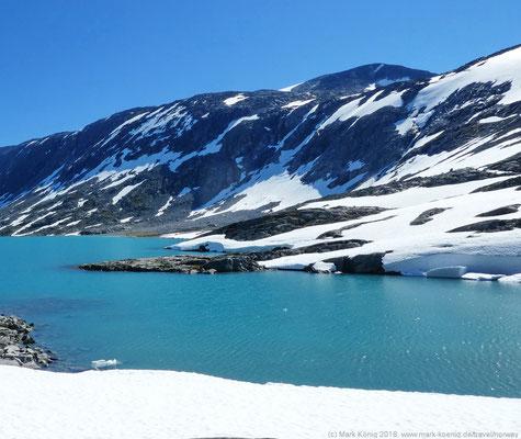 ... vorbei an selbst im Frühsommer mit Schnee und Eis eingerahmten türkisfarbenen Seen auf Hochebenen (Tag 23 Gamle Strynefjell) ...