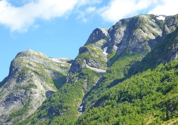 Berge in der Sonne sieht man häufig im Fjordland - auf ihnen befinden sich häufig sehenswerte Fjelle