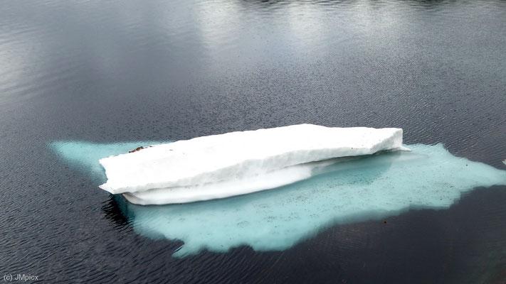 Ein Mini-Eisberg in einem Bergsee der Region Ryfylke