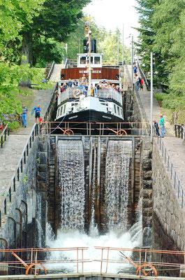 Auf dem Telemarkkanal kann man mit Gastschiffen eine Rundfahrt durch die vielen Seen und Schleusen machen (hier mehrere Schleusen hintereinander in Vrangfoss, Foto: Paasland)