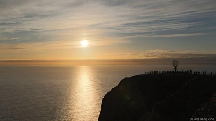 Tag 15: Die Mitternachtssonne am Nordkap bleibt in der Tat über dem Horizont - und das mit einem magischen Licht.