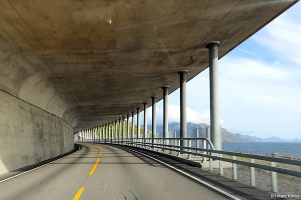 Halboffener Tunnel der Europastraße E10 mit Meerblick auf den südlichen Lofoten