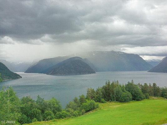 Wenn man bereits auf dem Weg vom Tal auf den Berg schnell ziehende dunkle Wolken auf Gipfelhöhe entdeckt, kann das wechselnde Bedingungen bedeuten (Eidfjord)