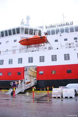 Die seitliche Fußgänger-Brücke wird in jedem Hafen mit Kai binnen weniger Minuten ausgebracht - auch Gäste aus dem Hafen können an Bord kommen