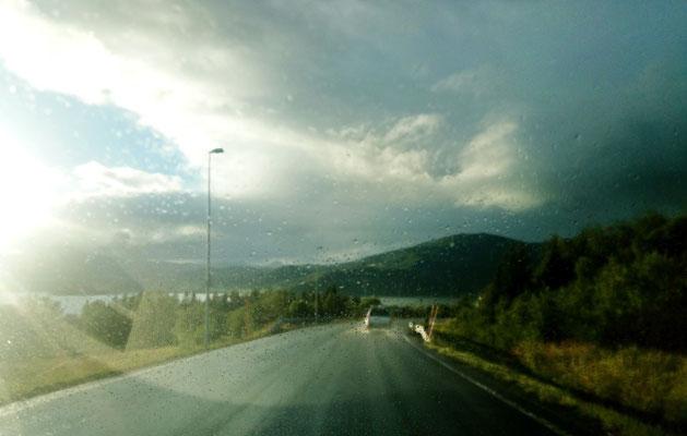 Schnelle Wetterwechsel können das Fahren erschweren, z.B. wenn Sonne auf eine nasse Windschutzscheibe trifft