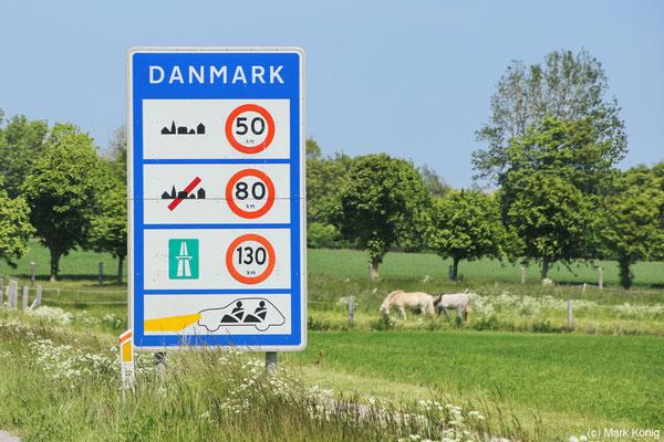 Ein Schild hinter der deutsch-dänischen Grenze informiert über Höchstgeschwindigkeit und Tagfahrlicht-Gebot