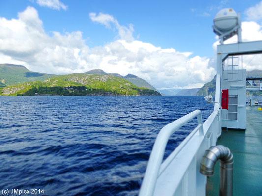 Schöner Ausblick auf einen Fjord auf der Fähre Nesvik-Ombo