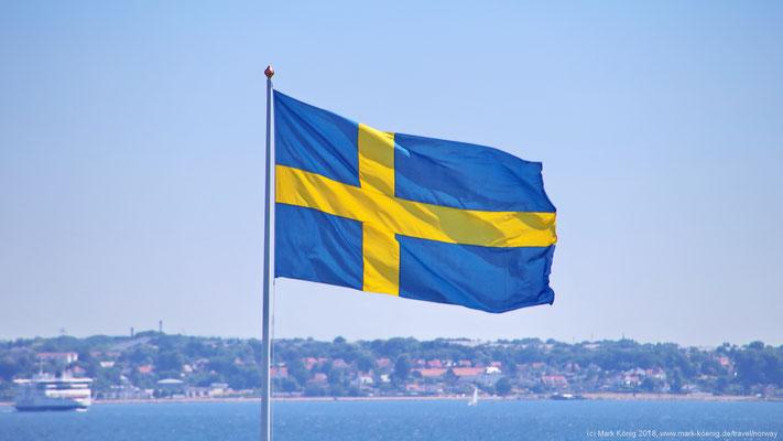 Schwedische Fahne im strammen Wind des Öresunds.