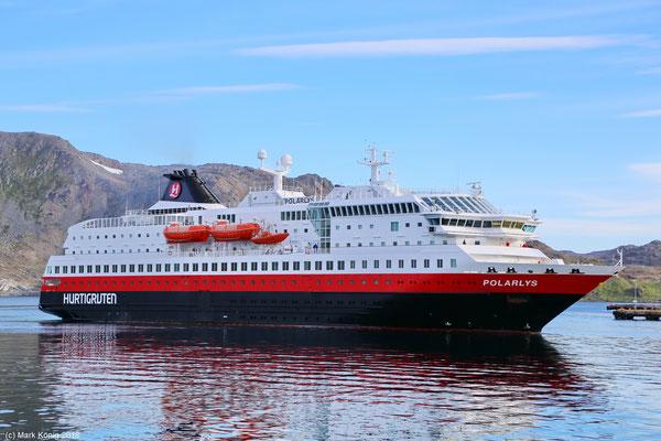 Schiffe wie die MS Polarlys von Hurtigruten hier in Honningsvåg (Tag 16) ermöglichen das Reisen, ohne selbst zu fahren, und ...