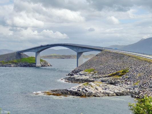 Die Atlanterhavsvegen-Brücke hat mit ihrer Kurve ein auffälliges Design.