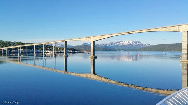 Die Brücke Gisundbrua bei Finnsnes von einem Hurtigruten-Postschiff fotografiert