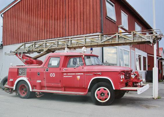 Ein altes Feuerwehr-Fahrzeug in Kirkenes (Provinz Finnmark)