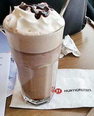 Heiße Schokolade im Bistro des Schiffes MS Nordkapp