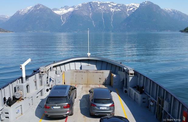 Ausblick auf Hardangerfjord und Bergpanorama von einer Fähre der Linie Utne - Norge Richtung Kinsarvik