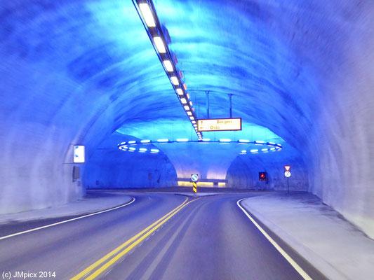 Tunnel gibt es im Fjordland öfter, aber selten wie hier auf dem Rv13 mit blau illuminiertem unterirdischem Kreisverkehr