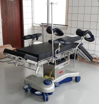Sister Imakulata, Dr. Ronald, Dr. Atasia, Franz Hirtreiter und Bruder Markus freuen sich, dass das Röntgengerät am 13. Oktober endlich angekommen ist.