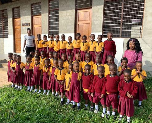 Die Schüler/innen der ersten beiden Klassen unserer Grundschule mit ihren Lehrerinnen.