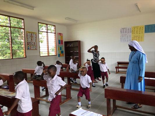 Helle, moderne Klassenzimmer mit maximal 40 Schülern, ermöglicht durch Spenden aus Bayern.