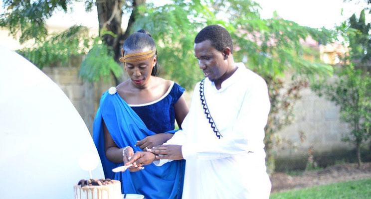 Unser nach Dr. Atasia zweiter Arzt im Krankenhaus, Dr. Ronald hat sich verlobt und heiratet seine Braut im August. Er baut sich ein Haus und wird uns in Kilimahewa erhalten bleiben.