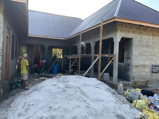 Zur Zeit baut die Future for Children ein modernes Rathaus mit Jugendzentrum in Kilimahewa. Die Materialkosten übernehmen wir, die Dorfbevölkerung die Arbeiten.
