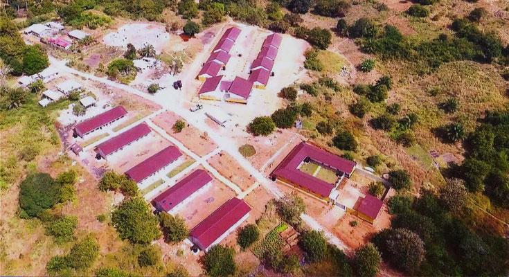 Luftaufnahme von der neuen Grundschule in Kilimahewa. Links im Bild die Klassenzimmer mit dem Bürogebäude, rechts die Wohnung für die Schwestern, von denen die Schule betrieben wird. Oben, das Internat für 220 Schüler.
