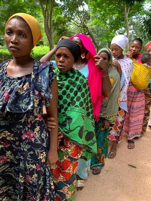 Die Frauen stehen Schlange um einen Kindergartengutschein für ein Jahr zu bekommen. Die 20 Euro Gebühr im Jahr können sie sich nicht leisten.