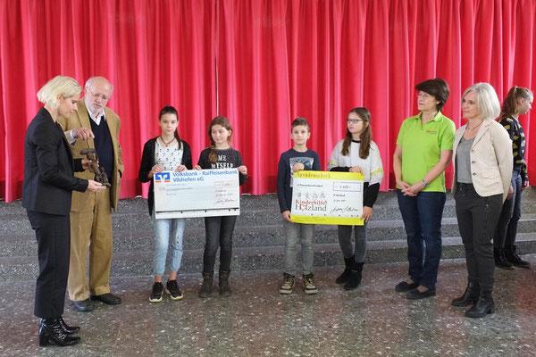 Spendenübergabe der Mittelschule Aidenbach an Architekt Tilman Ott, dem großen Förderer von Kilimahewa, der alle Pläne kostenlos erstellt.
