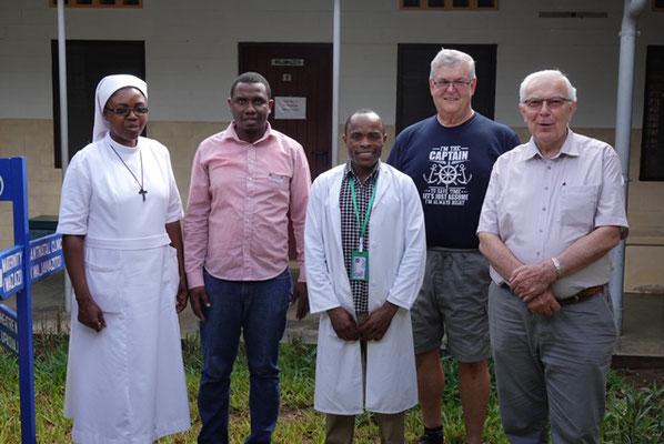 Sr. Imakulata, Dr. Ronald, Dr. Atasia, Franz Hirtreiter und Br. Markus freuen sich über die neu angeschafften Gerätschaften für das Hospital.
