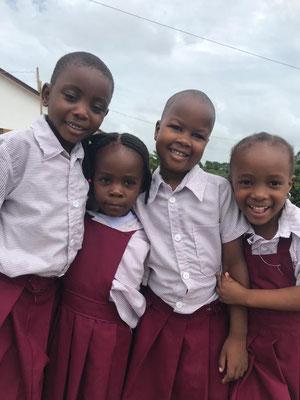 Die Kinder sind sehr happy mit ihrer neuen Schule. Sie sind der Hölle der staatlichen Schule mit 2.000 Kindern und 7 Lehrern in maroden Klassenräumen entkommen.