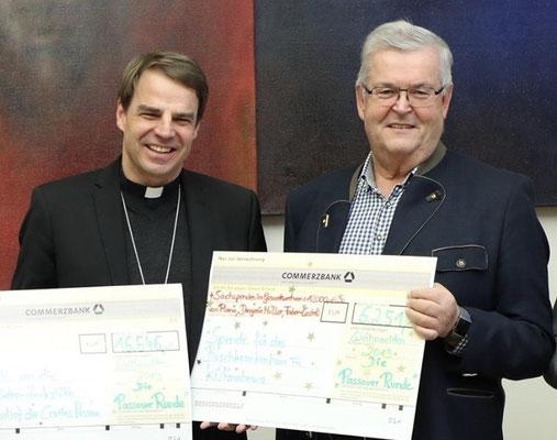 Der Passauer Bischof Dr. Stefan Oster ist ein Förderer der Kilimahewa Spendenaktionen. Das Ursprungskloster Schweiklberg liegt in seiner Diözese. Hier bei einer Spendenübergabe an Franz Hirtreiter.