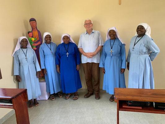 Bruder Markus Forster OSB mit den Benediktiner Schulschwestern, die die neue Grundschule mit Internat betreuen.