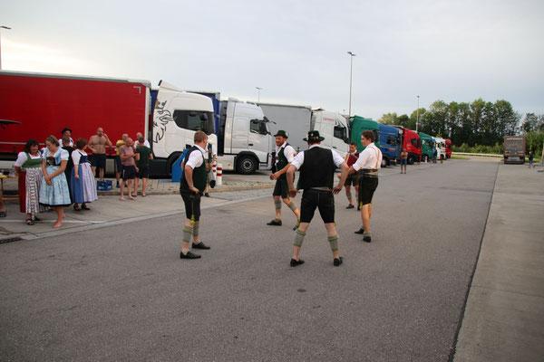 A schneller Auftriit für a poar Lastwoagnfahrer  auf a Autobahnraststättn