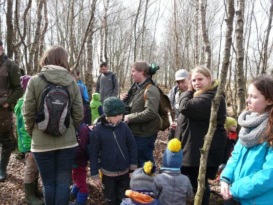 Kinder, Eltern und Großeltern erkunden mit Jens das Moor.