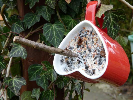 ... und in mitgebrachte Tassen gefüllt. Nach dem Erkalten der Mischung ist die Futtertasse fertig und kann aufgehängt werden.