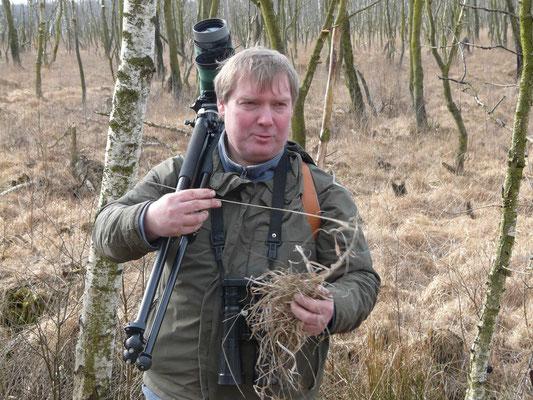 """Unser """"Mann im Moor"""" - Jens Poweleit, 2. Vorsitzender der NABU-Gruppe Neumünster und einer der ornithologischen Betreuer des Naturschutzgebietes Dosenmoor, führte die NAJU-Gruppe durch das Moor."""
