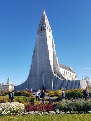 La cathédrale dans son style monolithique